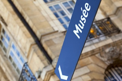Museum sign in French